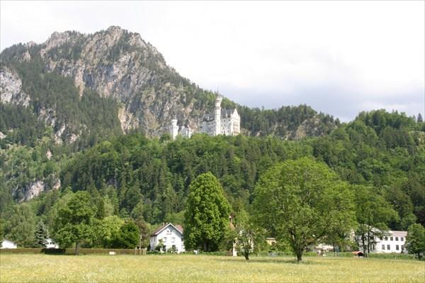 Нойшванштайн в окружении гор.